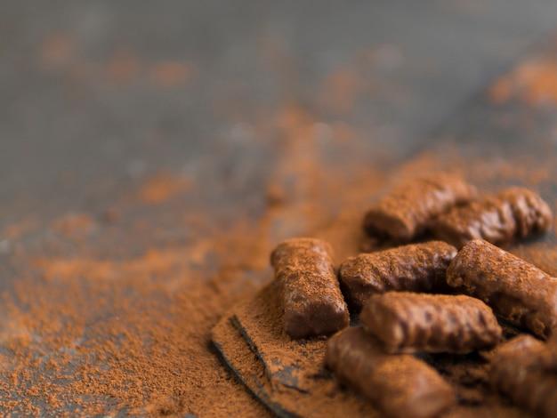 Barras de chocolate e cacau em pó Foto gratuita