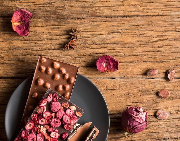 Barras de chocolate lisas com amendoim e frutas secas Foto gratuita