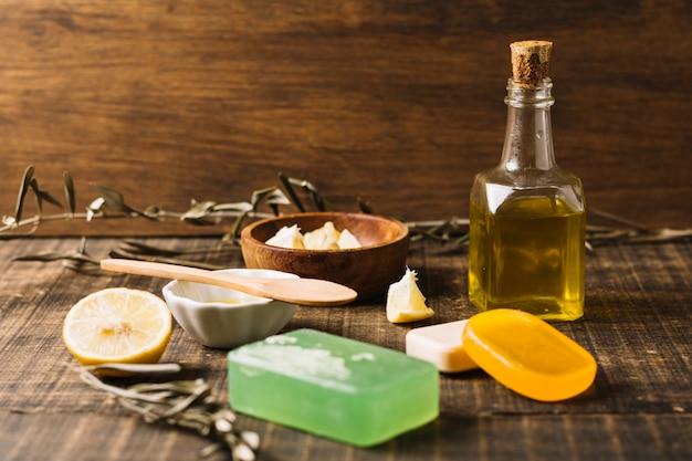 Barras de sabão com ingredientes à luz do sol Foto gratuita