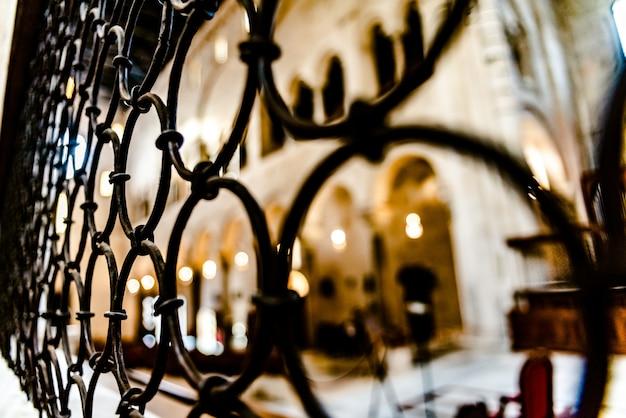Barras do interior de uma catedral Foto Premium