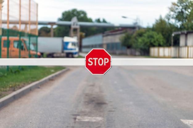 Barreira automática com um sinal de stop. Foto Premium