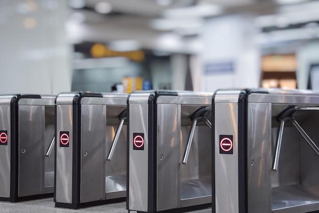 Barreiras de ingresso na entrada do metrô Foto gratuita