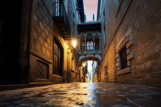 Barri gothic quarter e ponte dos suspiros na noite em barcelona, catalunha, espanha. Foto Premium