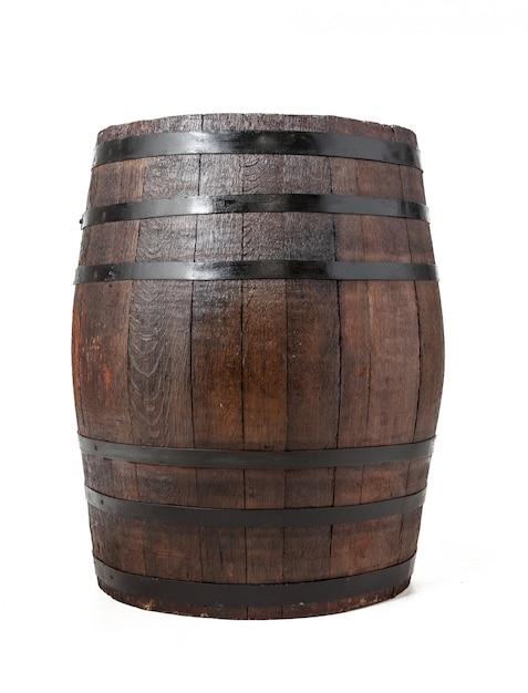 Barril de madeira com anéis de ferro. isolado. Foto Premium