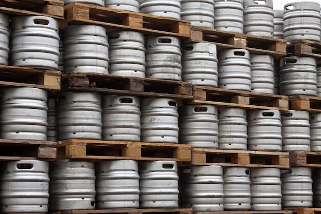 Barris de cerveja em linhas regulares Foto gratuita