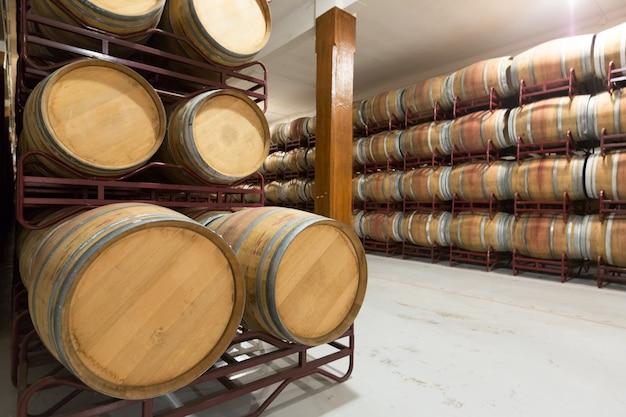 Barris de madeira na adega Foto gratuita