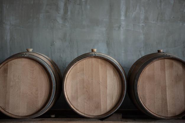 Barris de vinho empilhados na adega da vinícola Foto gratuita