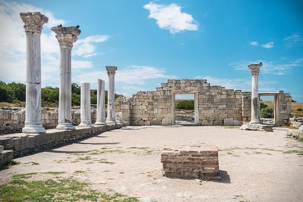Basílica do grego clássico e colunas de mármore em chersonesus taurica. sebastopol, na crimeia. Foto Premium