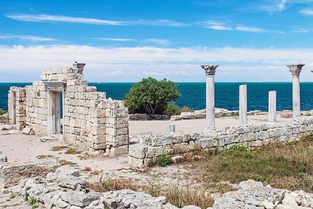 Basílica do grego clássico e colunas de mármore em chersonesus taurica. Foto Premium
