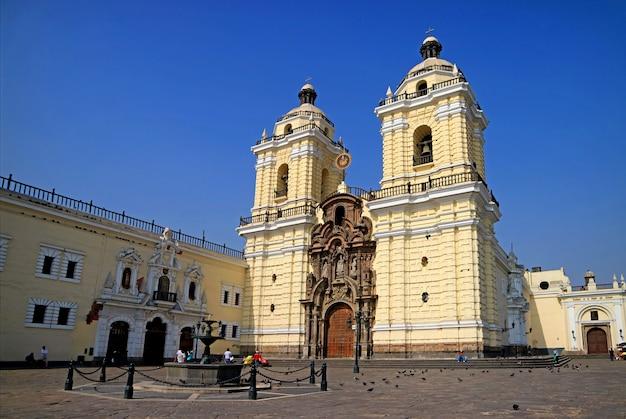 Basílica e convento de são francisco no centro histórico, património mundial da unesco, lima, peru Foto Premium