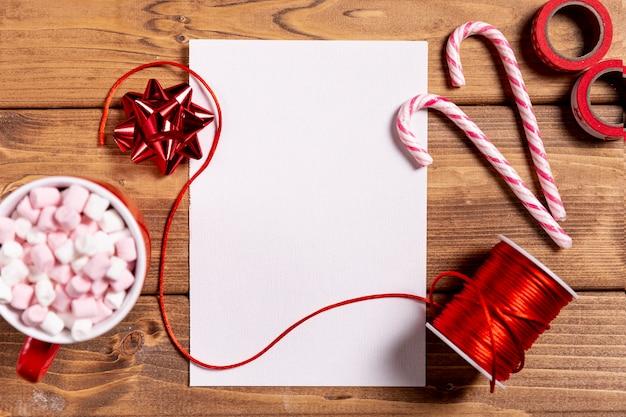 Bastões de natal doce e folha em branco Foto gratuita