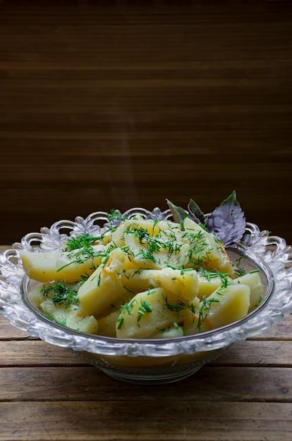 Batata cozida com legumes e ervas. almoço saboroso e nutritivo Foto Premium