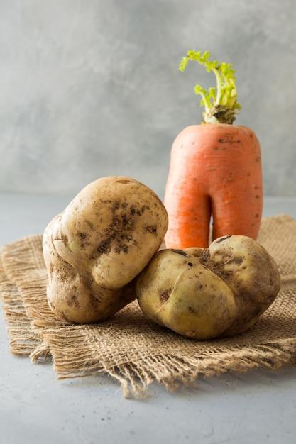 Batata e cenoura orgânica feia Foto Premium