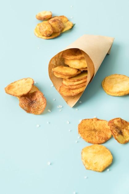 Batata frita em fundo azul Foto gratuita