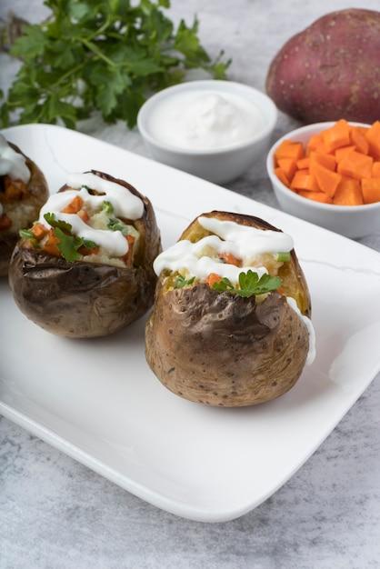Batatas cozidas em chapa branca Foto gratuita