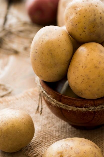 Batatas cruas de alto ângulo na tigela Foto gratuita