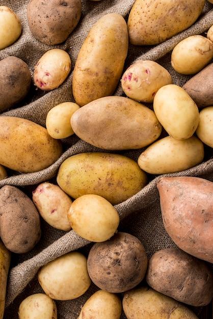 Batatas do close-up na roupa Foto gratuita