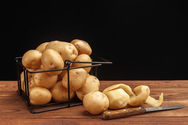 Batatas frescas na cesta Foto Premium