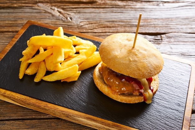 Batatas fritas burguer e batata frita Foto Premium