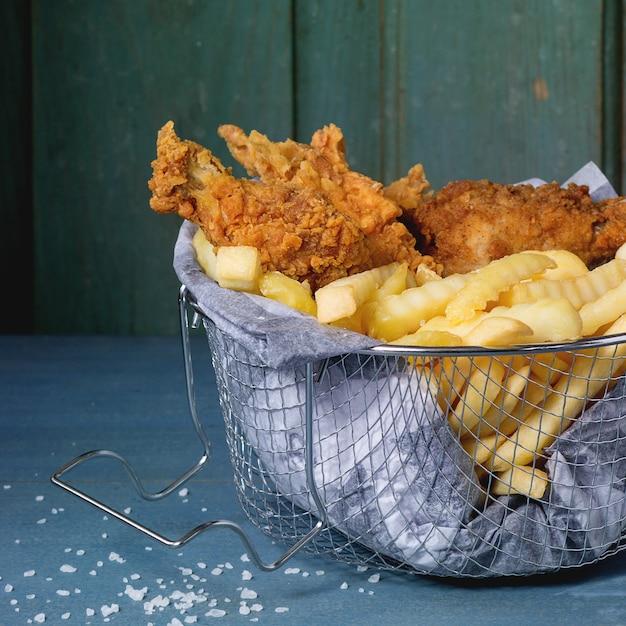 Batatas fritas com frango Foto Premium