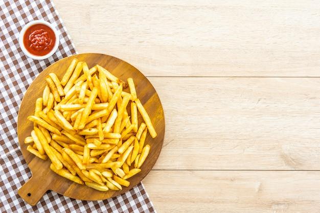 Batatas fritas com molho de tomate ou ketchup Foto gratuita