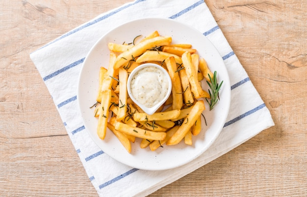 Batatas fritas com molho Foto Premium