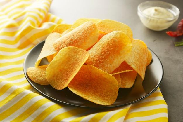 Batatas fritas crocantes isoladas sobre cinza texturizado Foto Premium