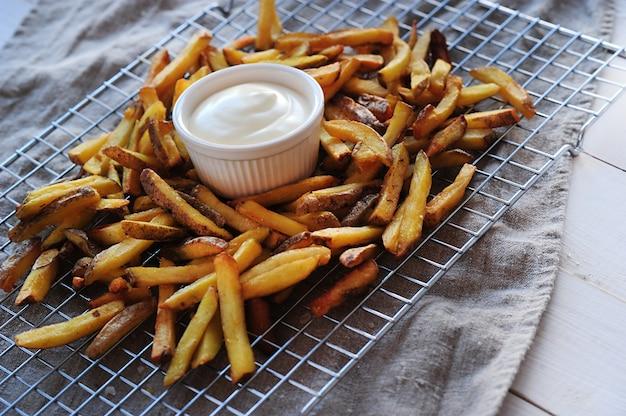 Batatas fritas e maionese Foto gratuita
