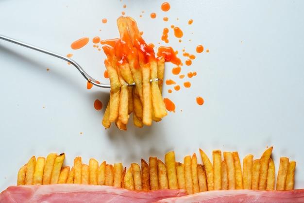 Batatas fritas em um garfo Foto Premium