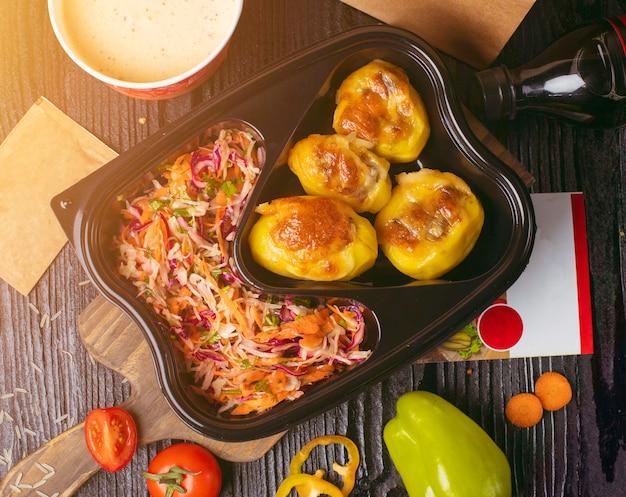 Batatas fritas grelhadas com legumes, salada de repolho cenoura Foto gratuita