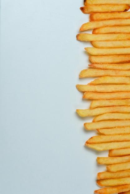 Batatas fritas no fundo branco Foto Premium