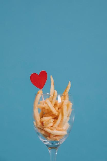 Batatas fritas para jantar de dia dos namorados Foto gratuita