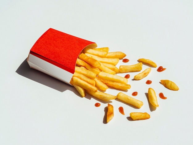 Batatas fritas saborosas em uma tabela Foto gratuita