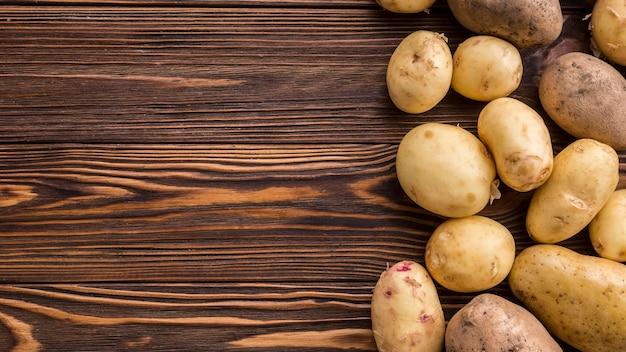 Batatas na mesa com cópia-espaço Foto gratuita