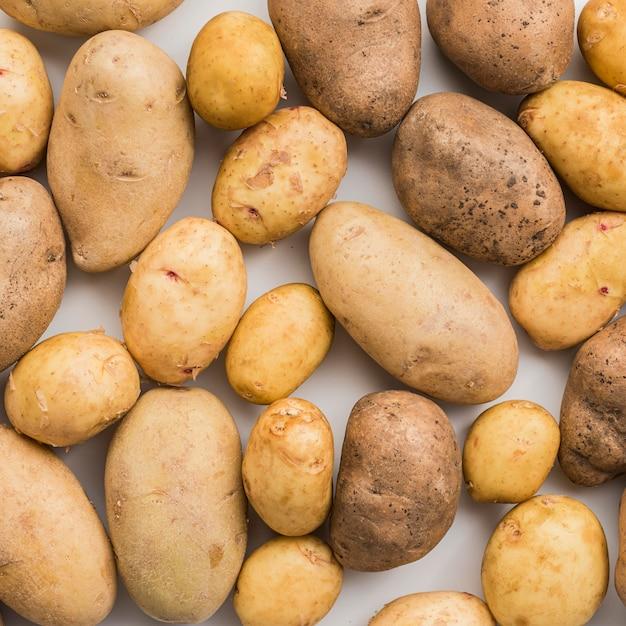 Batatas naturais de close-up alinhadas Foto gratuita