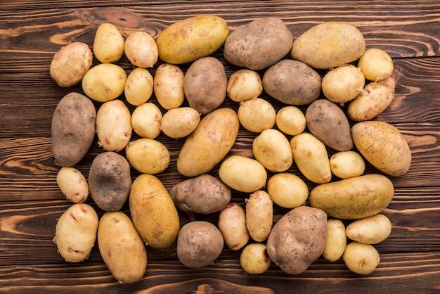 Batatas naturais no chão Foto gratuita