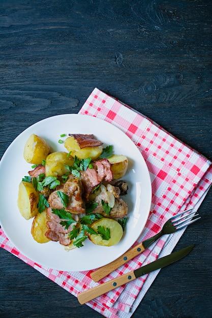 Batatas novas cozidas com carne e vegetais. Foto Premium
