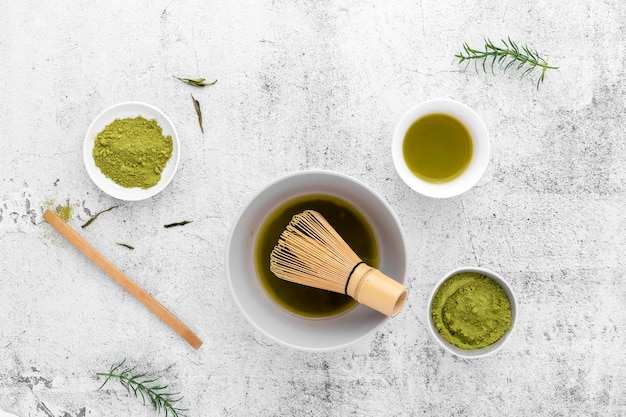 Batedor de chá e bambu matcha de vista superior Foto gratuita