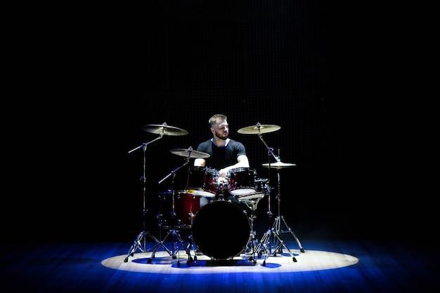 Baterista tocando bateria no palco Foto Premium
