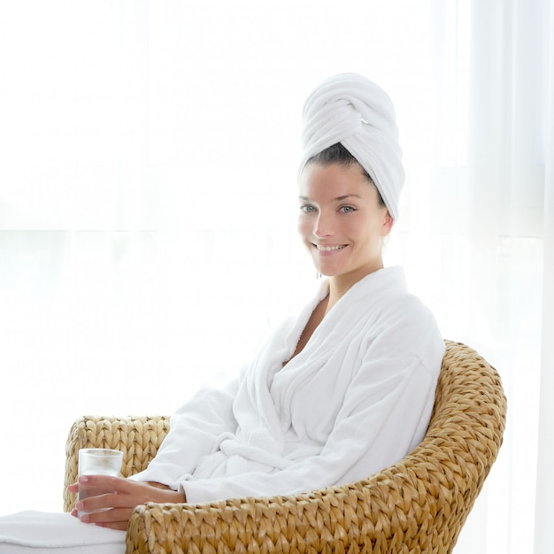 Bathrobl, mulher, sentando, relaxado, segure vidro, de, água Foto Premium