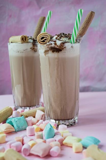 Batido com sorvete e chantilly Foto Premium