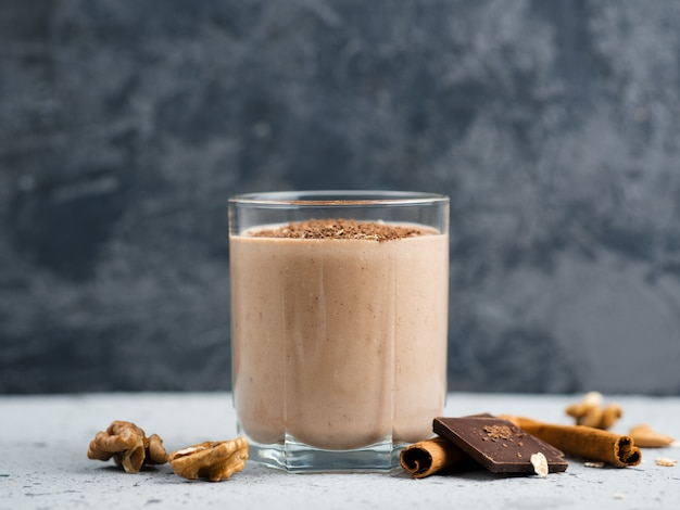 Batido de chocolate ao leite com canela Foto Premium