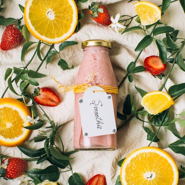 Batido de rosa ao lado de limões e morangos Foto gratuita