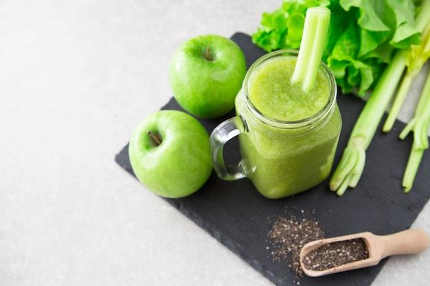 Batido verde misturado com ingredientes. Foto Premium