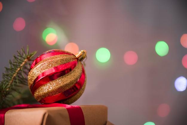 Bauble natal decorativo na caixa de presente Foto gratuita
