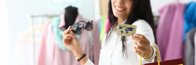 Bauty mulher segurando o cartão de crédito plástico Foto Premium