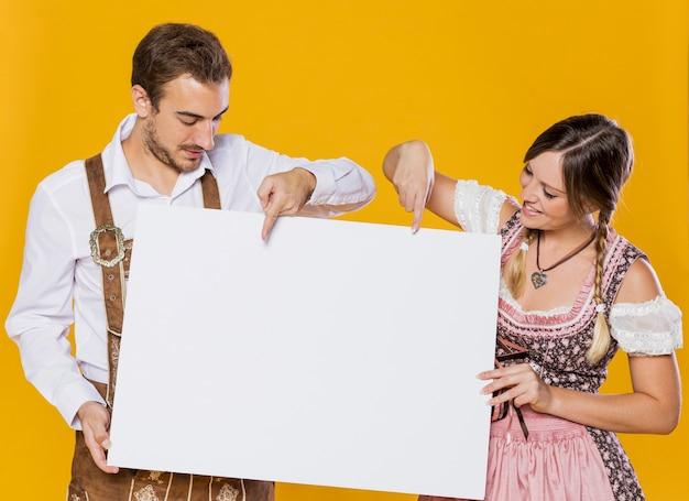 Bávaro homem e mulher com maquete Foto Premium