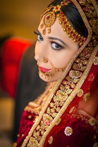 Beautifull garota posando na época olhando para trás Foto Premium