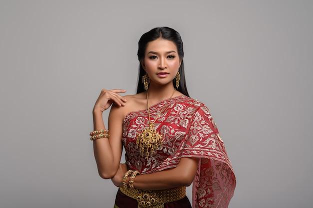 Beautyful mulher tailandesa usando vestido tailandês Foto gratuita
