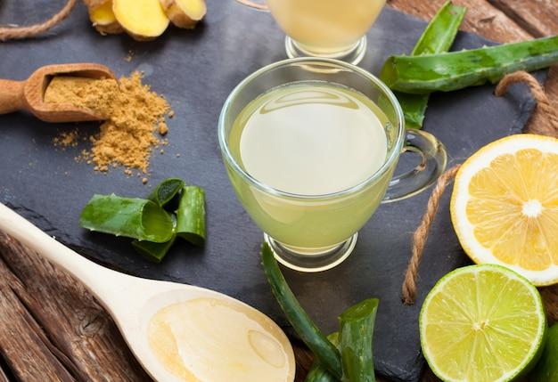 Beba com aloe vera e limões Foto Premium